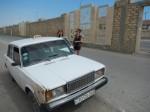 Taxi Gobustan hinter der Mauer zur Hauptstraße