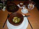 Dushbere Suppe: Mit Lammhack gefüllte kleine Teigtaschen in Brühe Yarpag Dolma: Mit Fleisch und Reis gefüllte Weinblätter. Auch Kohlblätter  (Kyalyam Dolma) oder Auberginen (Badimjan Dolma) werden zum füllen verwendet.