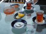 Eine Tradition ist es in Schwarztee zu trinken und dazu sehr süße Früchte in Sirup oder süßes Gebäck zu essen.