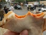 Aisch baladī: Fladenbrot - hier gefüllt mit Tomate und Fisch