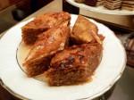 Baklava: Nussmasse mit Blätterteig in Honigwasser getränkt