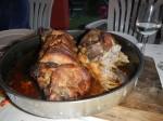 Jagnjece pecenje: Über dem Feuer gegrilltes Lammfleisch