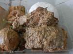 Gudeg: Ein traditionelles indonesisches Gericht aus Yogjakarta (Java).  Unreife Jackfruit wird einige Stunden mit Kokosmilch und Palmzucker, gewürzt mit Lorbeer, Kroeander, Teak Blättern, Lichtnussbaumfrüchten, Knoblauch und Galgant gekocht. Serviert mit Reis, Tempeh und gekochtem Ei. Wahlweise mit Rind oder Hähnchen.