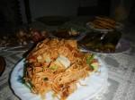Mie Goreng: Ein sehr bekanntes indonesisches Nudelgericht übersetzt, gebratene Nudeln. Dünne Mie Nudeln werden gebraten mit Chinakohl, Fleisch/Fisch nach Wahl, Tomaten, Zwiebeln und Gewürzen. Es ist in anderen Ländern auch als Bami Goreng bekannt.