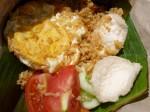 Nasi Goreng: Das wohl bekannteste Gericht Indonesiens ist auf allen Inseln bekannt und wird überall etwas anders zubereitet. Hier von Sumatra mit Krabbenchips, Tomate, Gurke und frittiertem Ei.