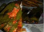 Pepes Udang: Im Bananenblatt gegrillte Gernelen mit Tomaten und Currypaste.