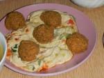 Falafel: Frittierte Kichererbsen- oder Saubohnenbällchen. In Ägypten werden im Gegensatz zu den israelischen und jordanischen Varianten oft Saubohnen statt Kichererbsen verwendet.  Dazu gibt es Hummus: Kichererbsenmus