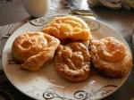 Burek: Anders als in Bosnien wo Burek herkommt, heißen alle Teigtaschen Burek und haben keinen eigenen Namen. Es gibt Burek sa spinatom (Spinat), sa sirom (Käse), sa mesom (Hackfleisch) oder sa jabukom (Apfel)
