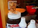 Fritule: Frittierte Teigbälchen (oft mit Puderzucker oder Nutella)