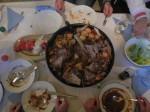 Peka: Gusseiserne Pfanne mit Fleisch und Gemüse, im offenen Feuer gegart wird.